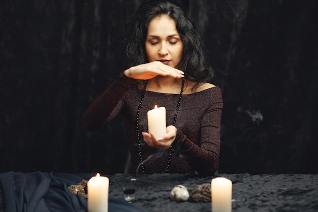 ファンタジー美しいジプシーの女の子。魔法のタロットカードで未来を読む占い師の女性。