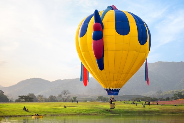 언덕에 비행 판타지 열기구입니다. 여행 및 항공 운송 개념-태국에서 풍선 카니발