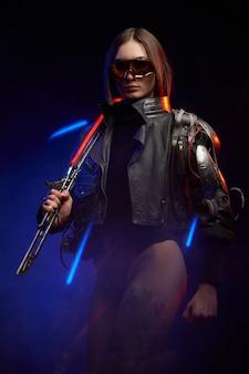 彼女の肩に輝く剣を持っている魅惑的な女性のファンタジーの肖像画。近接武器を振るうサイバーパンクスタイルの女性キラー。
