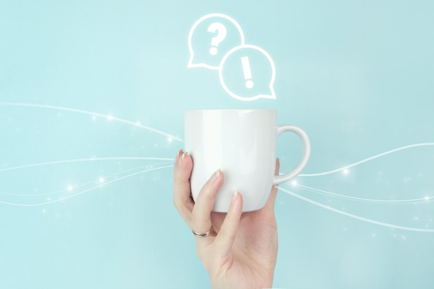Faq 자주 묻는 질문 개념입니다. 소녀는 파란색 배경에 faq 질문 답변 기호 아이콘이 있는 모닝 커피 컵을 들고 있습니다. 비즈니스 지원 개념입니다.