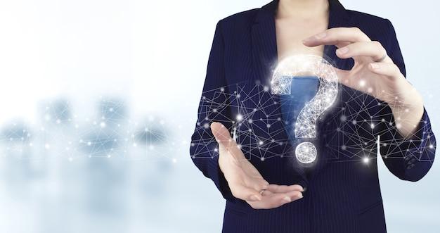 Faq 자주 묻는 질문 개념입니다. 밝은 배경이 있는 가상 홀로그램 물음표 아이콘을 들고 있는 두 손. 비즈니스 지원 개념입니다. 문제 및 솔루션.