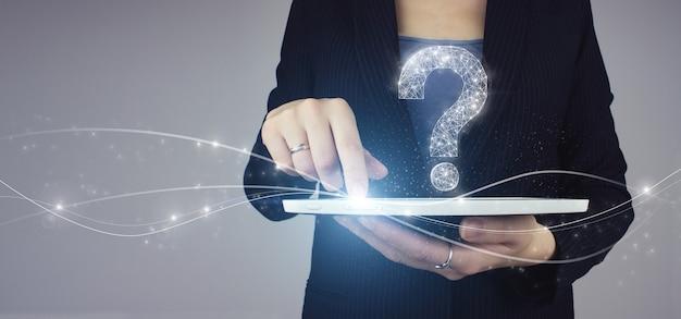 Faq 자주 묻는 질문 개념입니다. 회색 배경에 디지털 홀로그램 물음표 아이콘 기호가 있는 사업가 손에 있는 흰색 태블릿. 문제, 도움 및 조언 개념이 필요합니다.