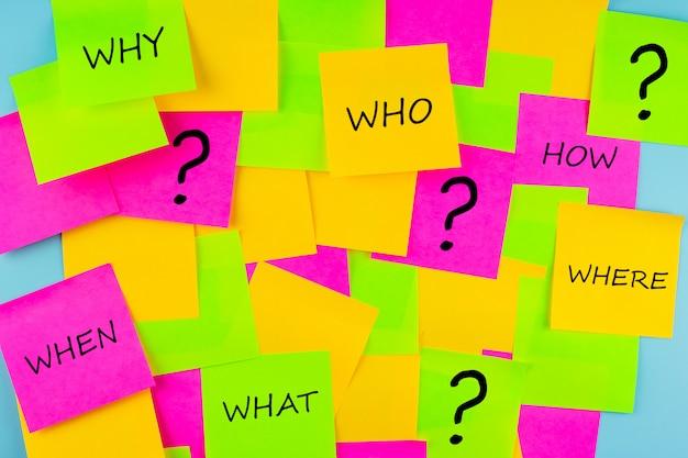紙のメモに質問マーク(?)の単語が頻繁に表示されます。 faq(よくある質問)、回答、q&a、コミュニケーションとブレーンストーミング、インターナショナルask a question dayコンセプト
