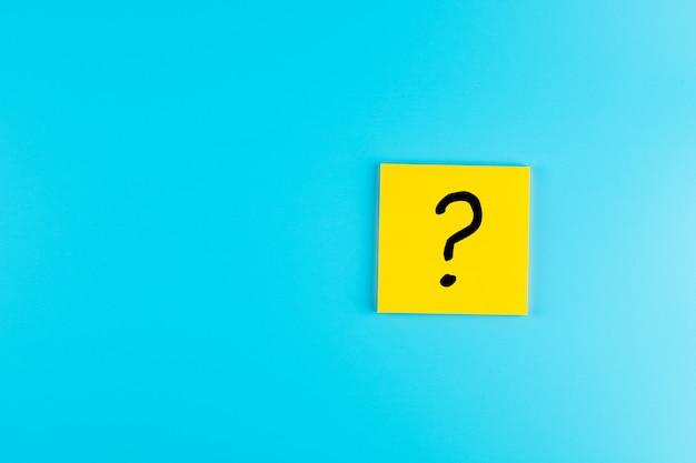 紙のメモ、よくある質問(faq)、回答、q&a、コミュニケーションとブレーンストーミング、インターナショナルの質問マーク(?)単語。質問の日の概念