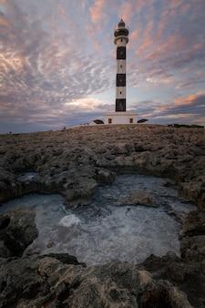 Дальний де artrutx маяк в сиудадела, южный берег острова менорка, испания.