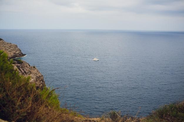 地平線上の海の帆船と船のはるか奥。コピースペース。