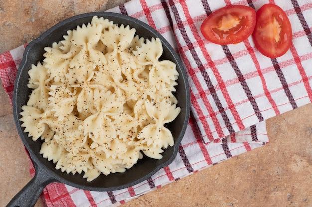 トマトスライスと黒い鍋のファルファッレ。