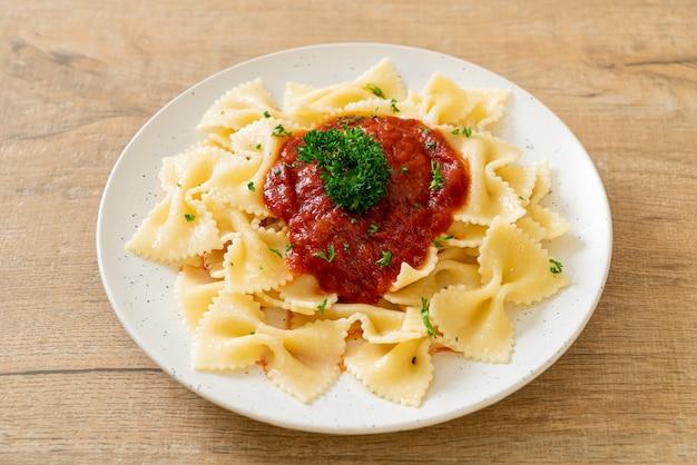 Паста фарфалле в томатном соусе с петрушкой по-итальянски