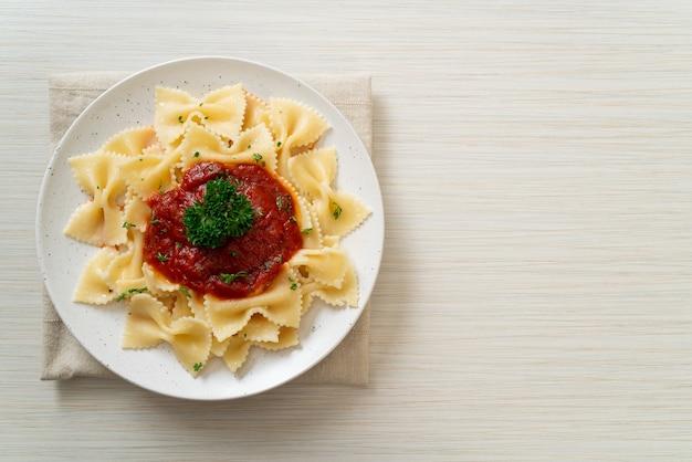 ファルファッレのトマトソースパスタ、パセリ添え。イタリア料理のスタイル