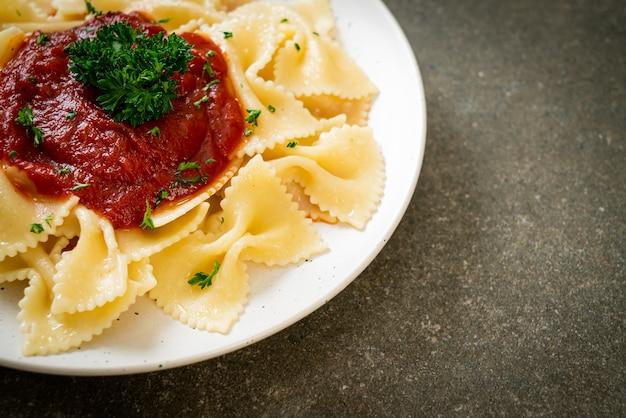 Паста фарфалле в томатном соусе с петрушкой по-итальянски Premium Фотографии
