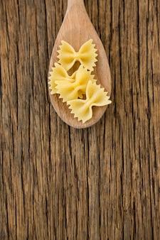 ファルファッレパスタは木の表面にスプーンで出されます