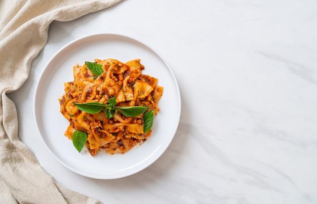 토마토 소스에 바질과 마늘을 넣은 farfalle 파스타-이탈리아 소스