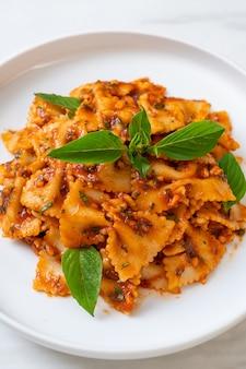 トマトソースにバジルとニンニクを添えたファルファッレパスタ-イタリアンソース