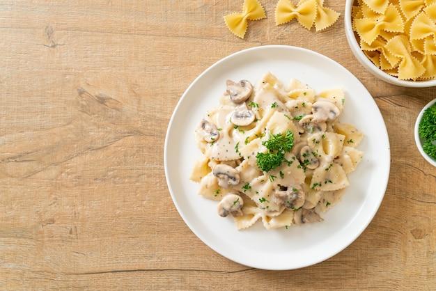버섯 화이트 크림 소스를 곁들인 파르 팔레 파스타-이탈리아 요리 스타일