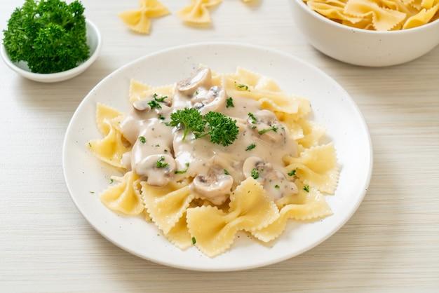 Паста фарфалле с грибным белым сливочным соусом - итальянский стиль еды