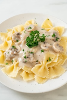 버섯 화이트 크림 소스를 곁들인 파르팔 파스타 - 이탈리아 음식 스타일