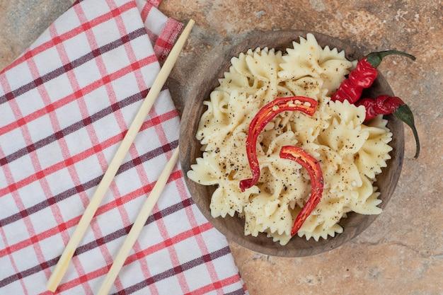 칠리 페 퍼와 나무 그릇에 향신료와 farfalle. 고품질 일러스트레이션