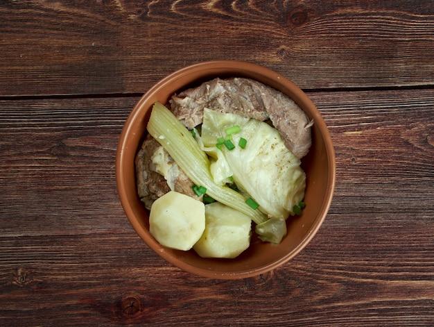 Фарикал - традиционное норвежское блюдо, состоящее из кусочков баранины с косточкой и капустой. первоначально блюдо из западной части норвегии.
