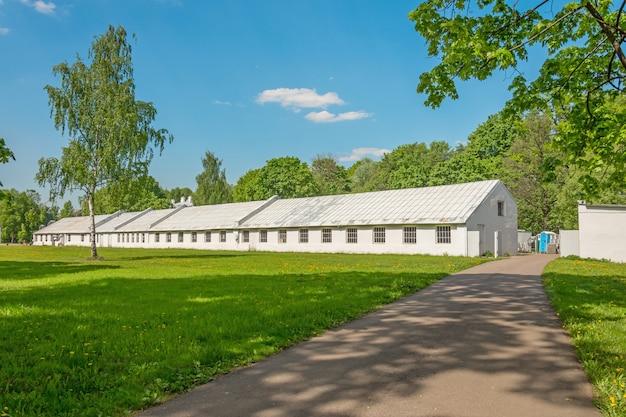 농장 건물과 초원을 통해 이어지는로.
