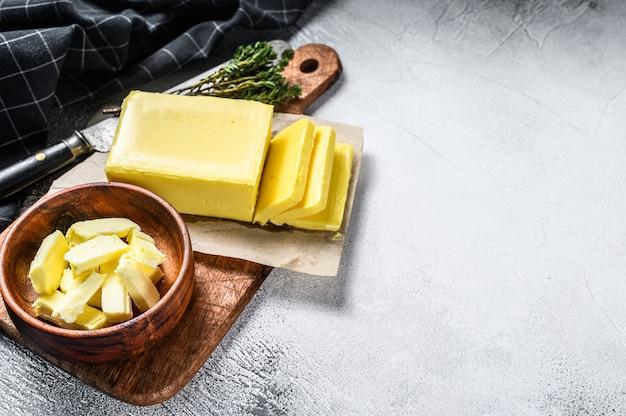회색 테이블에 농장 버터입니다.