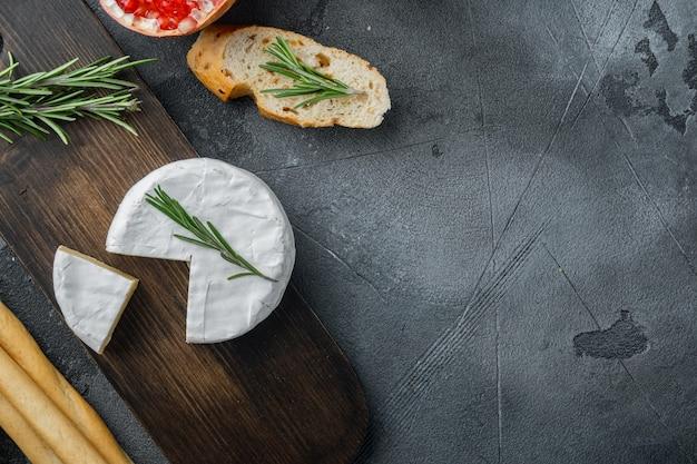 농장 치즈 카망베르 세트, 회색 배경, 텍스트 복사 공간이 있는 위쪽 보기