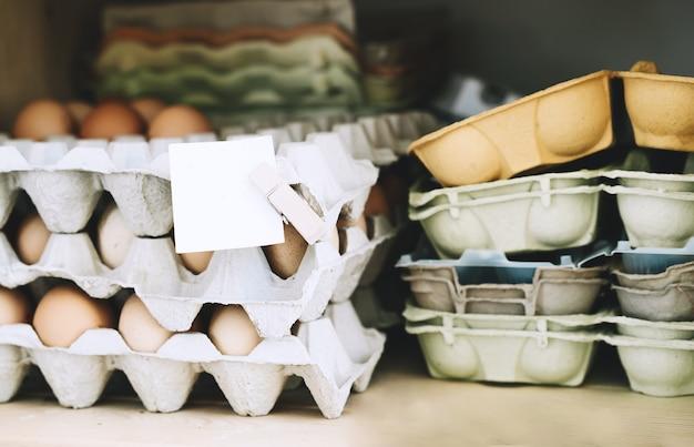 ゼロウェイストショップの卵パックボックスで卵を育てる持続可能なプラスチックのない食料品店で買い物