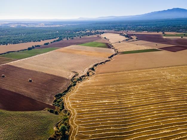 여름날 일출에 산기슭에 있는 농장. 세고비아.