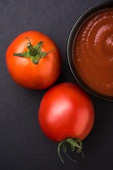 세라믹 그릇에 페이스트 또는 퓌레와 농장 신선한 빨간 토마토. 선택적 초점