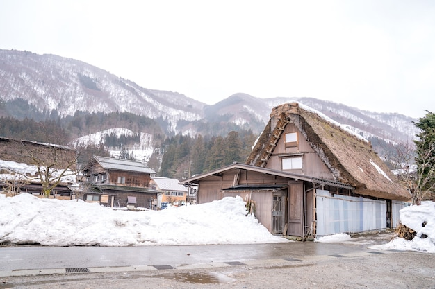 村と背後の山の農家
