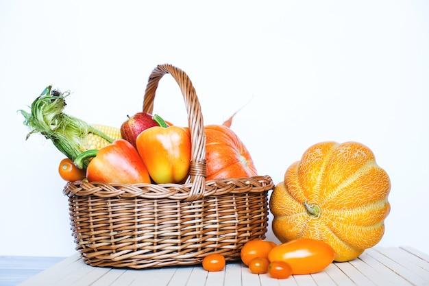 Фермерские продукты в корзине изолированы