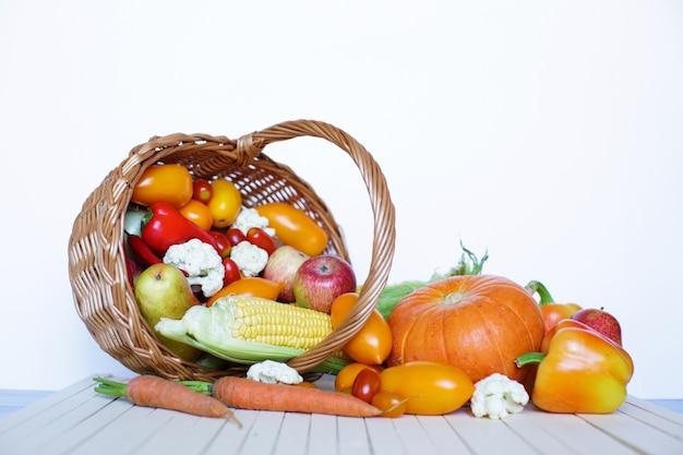 Фермерские продукты в корзине. овощи и фрукты.