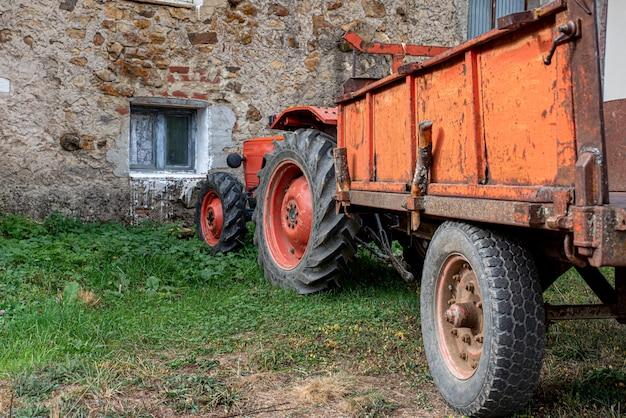農場に駐車している農場トラクター