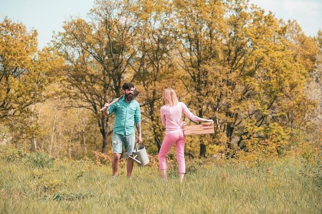 농부 부부는 봄의 자연을 즐기며 식물을 돌보며 오르간을 파는 소상공인...