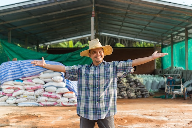 유기 비료를 가진 농부 농업가