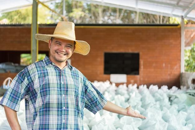 有機肥料を持つ農家の農業専門家