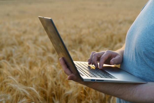 농부는 농업에서 현대 기술의 컴퓨터 구현으로 이익을 계산합니다.