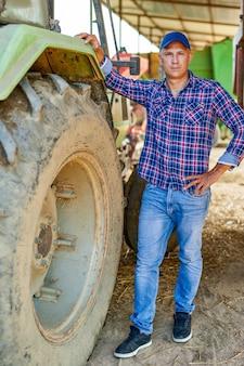 시골에서 트랙터를 운전하는 농부.