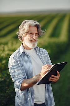 Фермер осматривает поле. агроном или фермер исследует рост пшеницы.