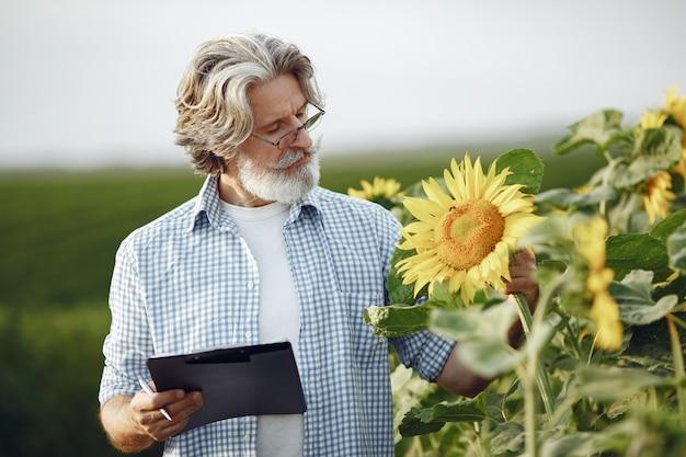 農夫はフィールドを調べます。農学者や農家は小麦の成長を調べます。