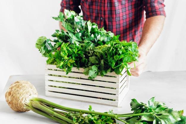 Фермер свежие травы деревянный ящик белый стол уборка урожая