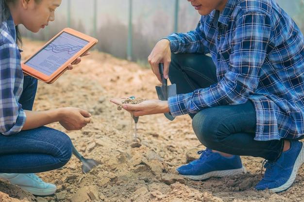Владелец фермера и агроном консультировались с учеными о том, как улучшить качество почвы перед посадкой.
