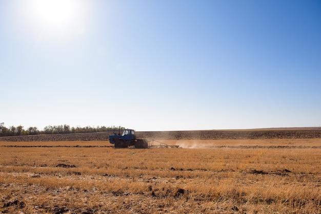 Фермер готовит свое поле в тракторе к весне.