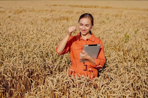 小麦畑の植物を研究している農民