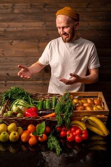 市場の素朴なスタイルの健康食品の概念で有機野菜を販売する農家