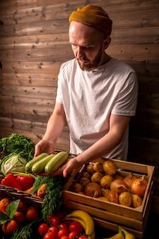 市場の素朴なスタイルの健康食品の概念で有機野菜を販売する農家 Premium写真