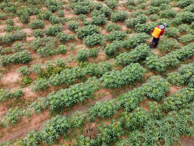 農家は、農地に有毒な農薬を散布します。