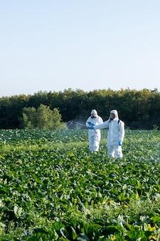 農薬フィールドマスク収穫保護化学物質を噴霧する農民