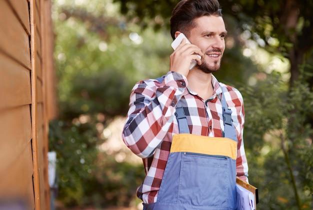 携帯電話で話している農夫