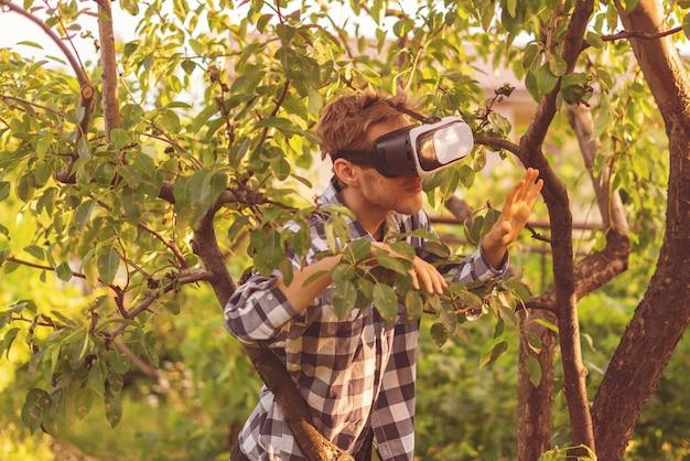 Фермер сажает деревья в своих очках