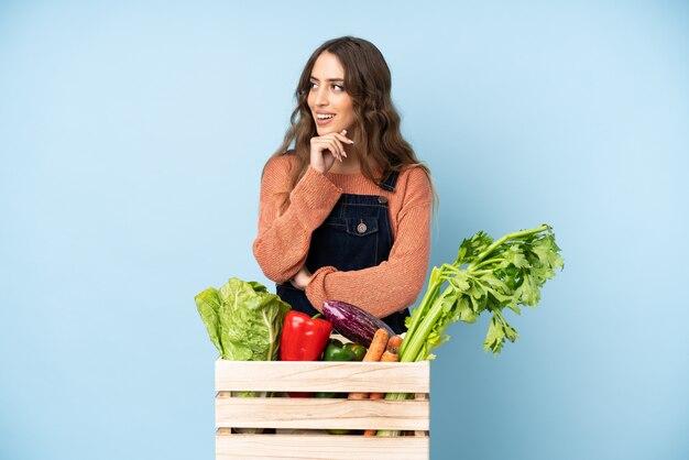側に見えるボックスに新鮮な野菜と農家